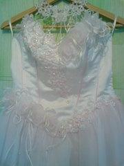 Продам дёшево красивое пышное платье белое с розовым оттенком