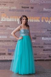 Вечернее платье с эффектной спиной,  ярким цветом и актуальной длиной .